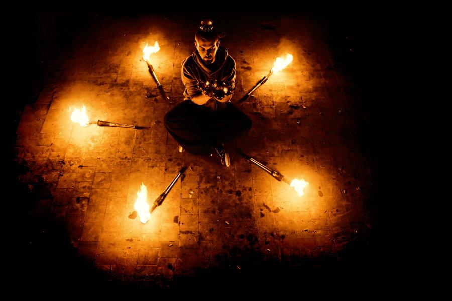 Manu le jongleur par Thoum - Spectacles de feu et de jonglerie -