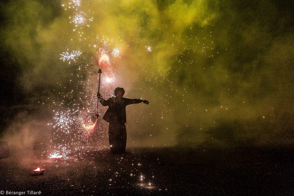 """Photo du spectacle pour la sortie de l'album """"Le grand feu"""" du groupe A call at Nausica au Krakatoa de Manu le jongleur de feu et de cristal par Béranger Tillard"""