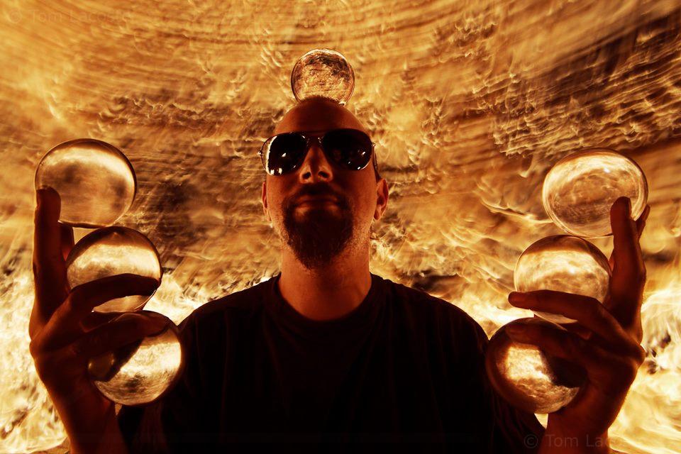 Photos par Thom Lacoste - Manu le jongleur de feu et de cristal